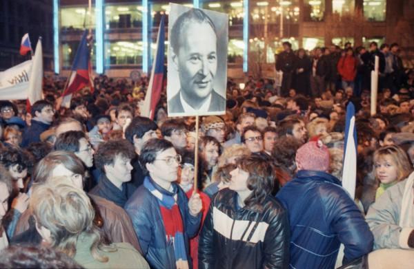 Протестующие с портретом Александра Дубчека