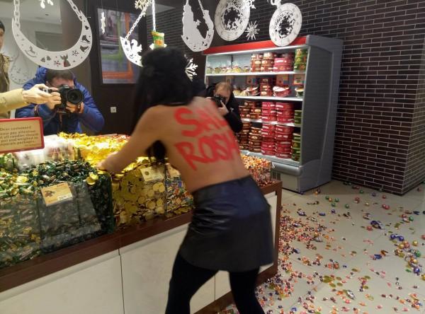 Femen-истка разбрасывала конфеты