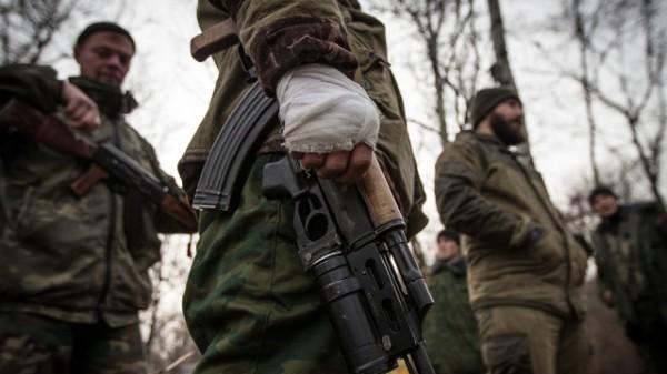 Боевики отводят раненых и вывозят погибших