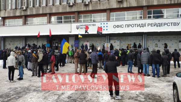 Демонстранты ведут себя мирно
