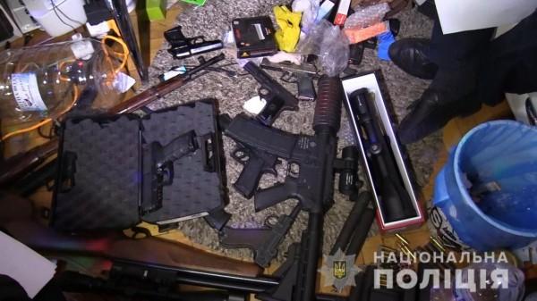 Злоумышленник угрожал оружием соседям