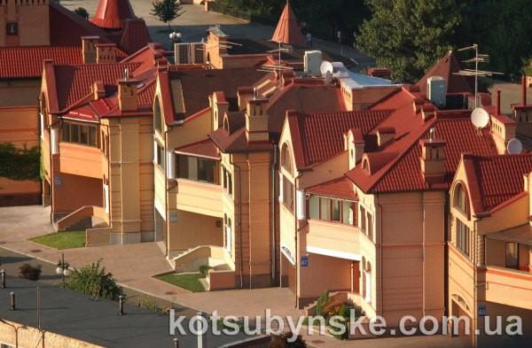 Один из таких домов на фото внизу принадлежит Мельнику
