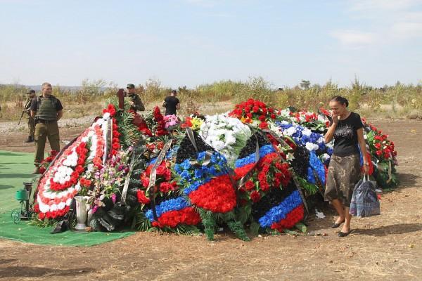 Возле могилы дежурила охрана
