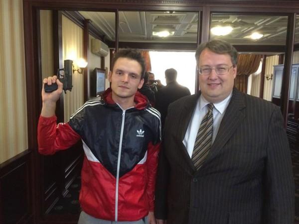 С Мустангом также сфотографировался советник Авакова