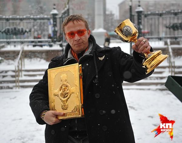 Охлобыстин также привез в Донецк подарки для местной церкви
