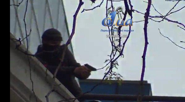 По участникам протеста стреляют с крыши