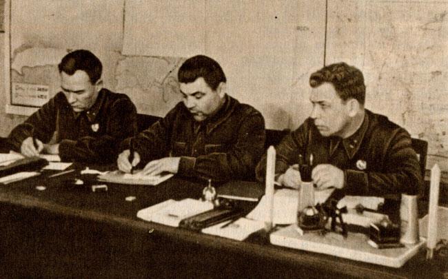 Родион Яковлевич Малиновский в центре