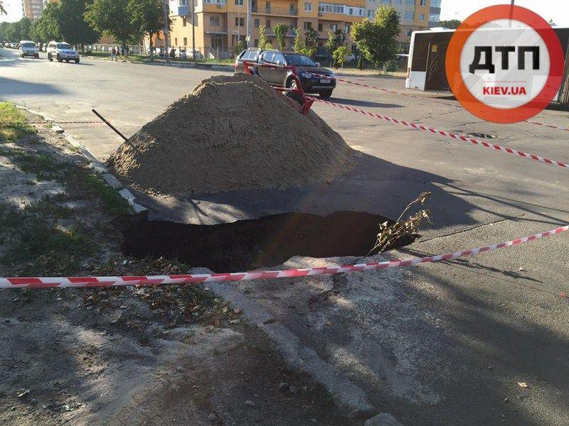 Автобус с пассажирами провалился в яму