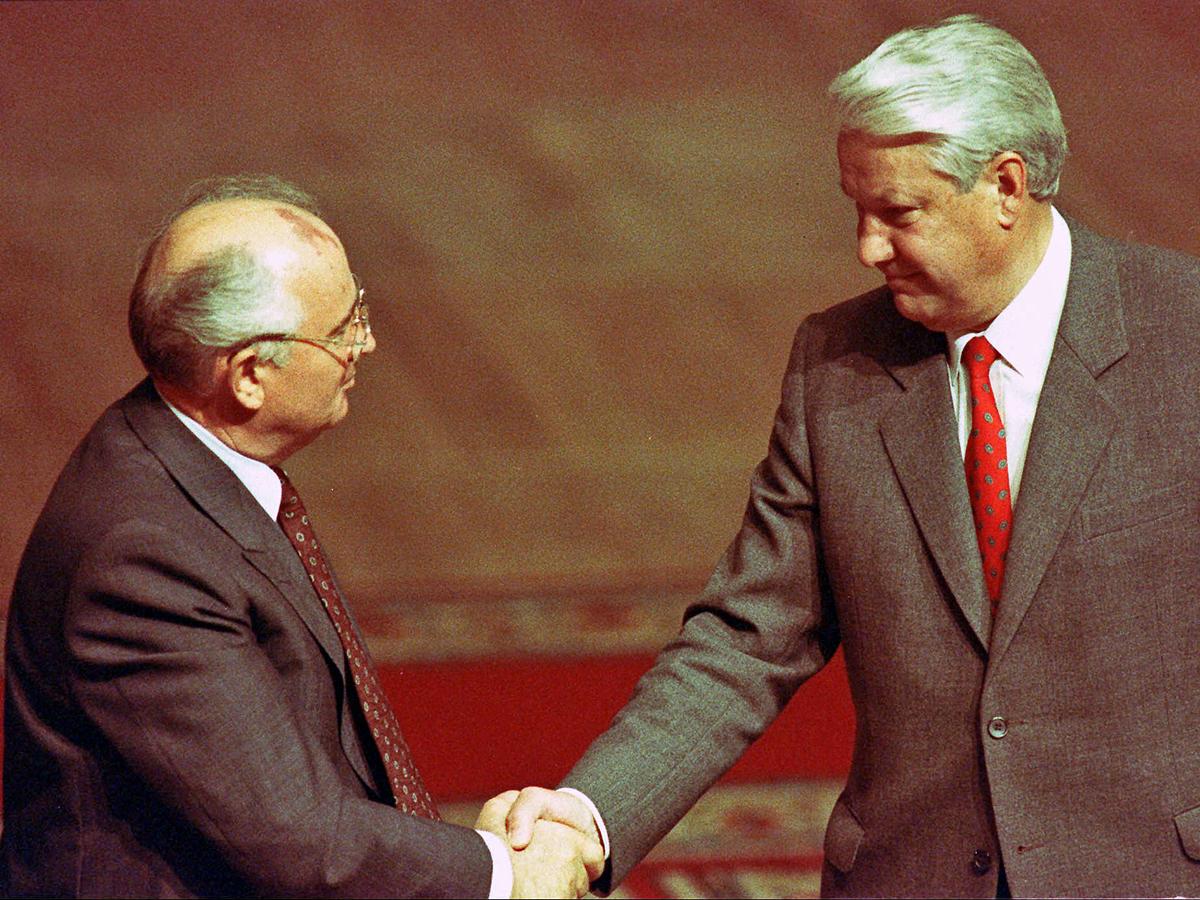 Августовский путч. Ельцин подписывает указ о прекращении деятельности КП РСФСР.