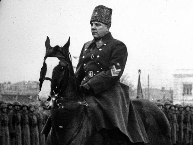 Маршал К.Е. Ворошилов принимает парад в Куйбышеве 7 ноября 1941 года