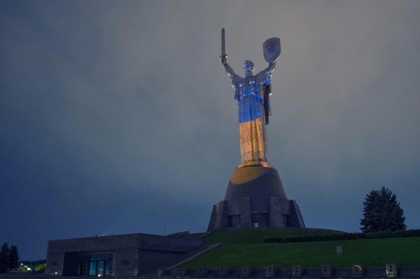 Родина-мать в Киеве стала сине-желтой