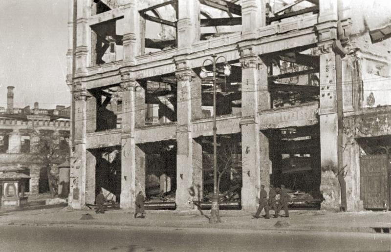 Сгоревшее здание универмага на углу Лютеранской и Крещатика