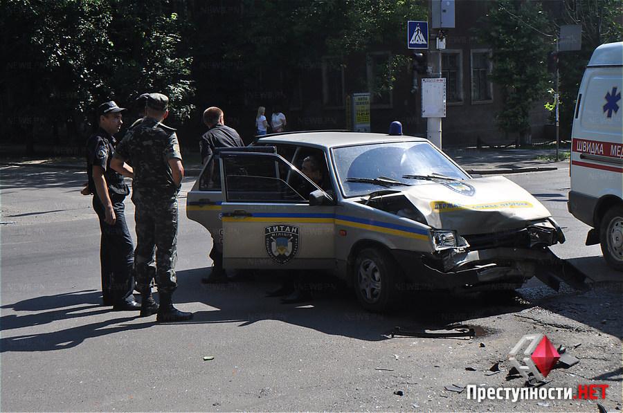 В Николаеве столкнулись авто «Титана» и «Альфы». Автомобиль «Альфы» двигался в сопровождении конвоя, который перевозил одного из фигурантов по делу «врадиевских насильников».