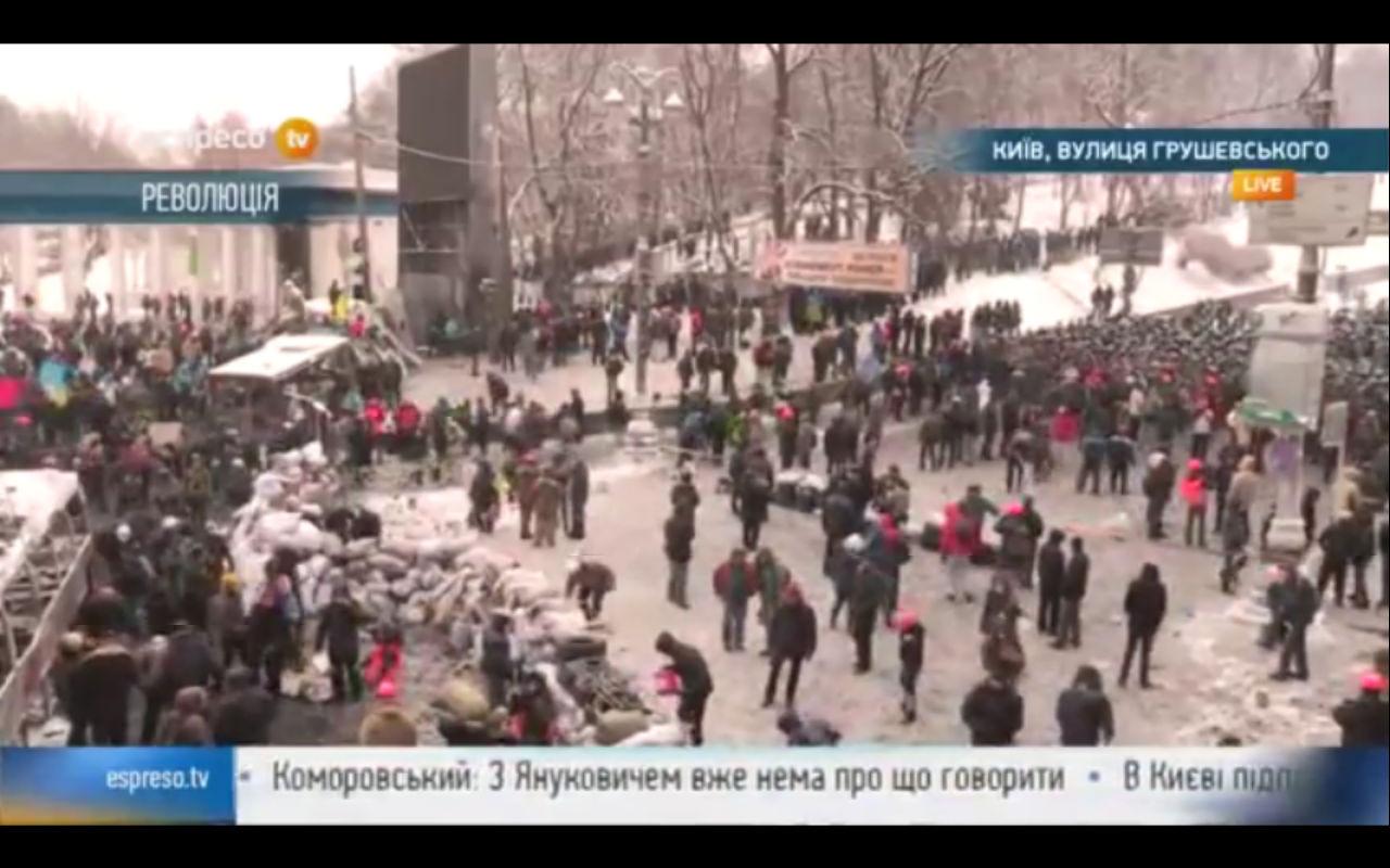 Протестующие возводят баррикады.