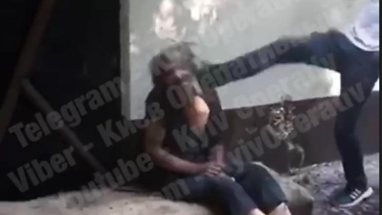 Скриншот из видео с избиением бездомного