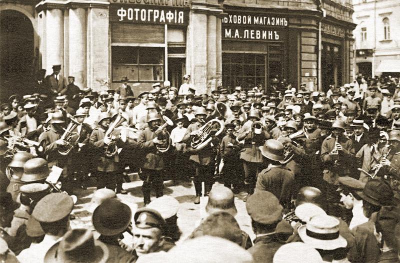 Немецкий военный оркестр у здания городской думы. Май 1918 года