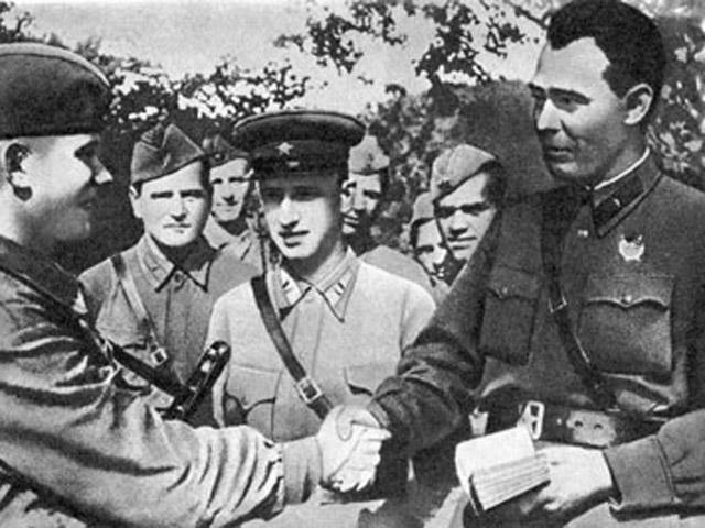 Бригадный комиссар Брежнев (крайний справа) в 1942 году, вручает партбилет.