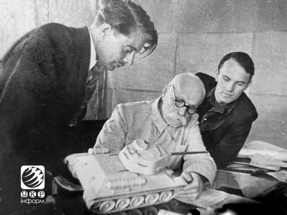 Евгений Оскарович со своими сыновьями Владимиром и Борисом. 1948 год.