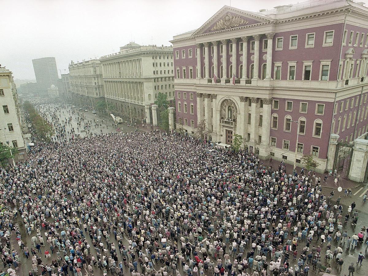 23 августа 1991 года — толпы москвичей возле зданий ЦК КПСС