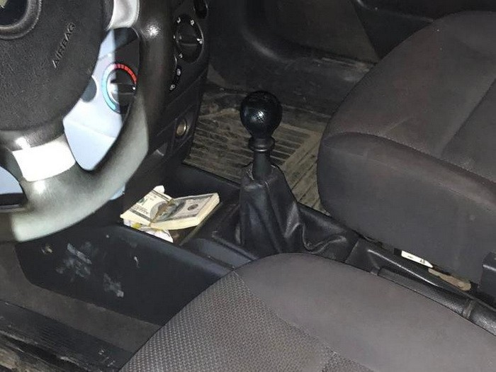 Офицер требовал 5 тысяч долларов