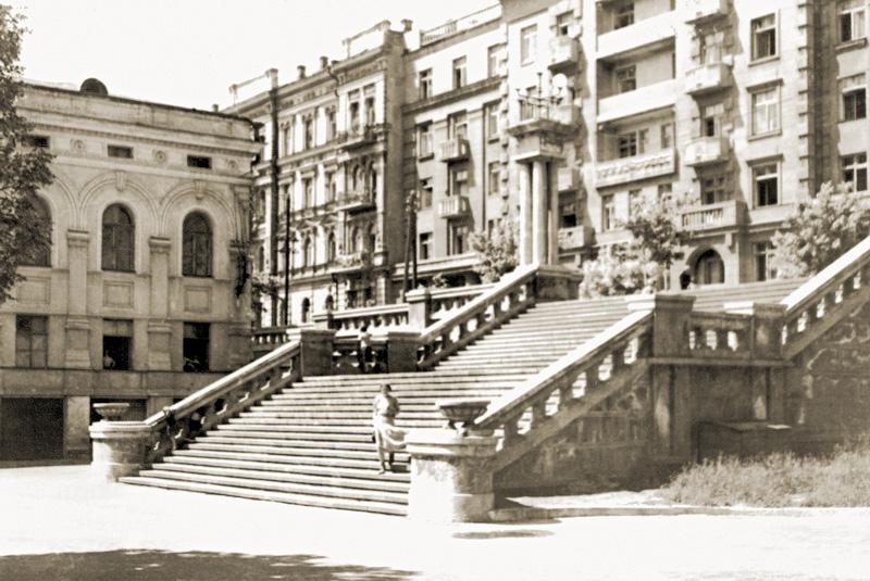 На месте одного из корпусов оперного театра была красивая лестница