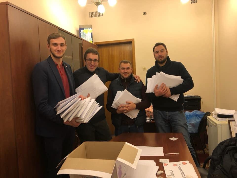 Получилось рассортировать около тысячи писем и рисунков для отправки в Москву