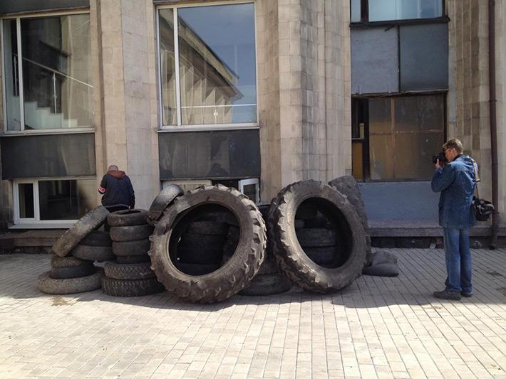 Покрышки под Донецким горсоветом