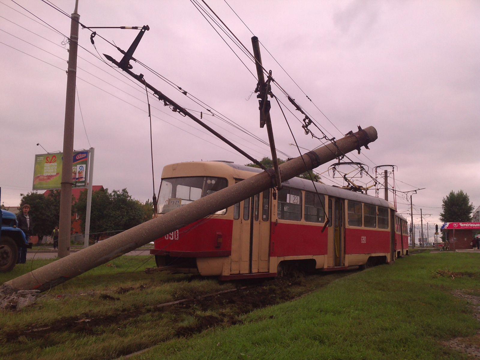 В Харькове трамвай пропахал землю и снес столб
