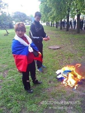 Захватчики Луганской ОГА сожгли флаг Украины
