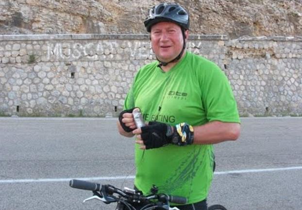Стюарт Хайд участвует в велопробеге Тур де Франс на территории Прованса