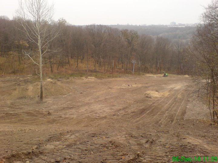 В Голосеевском парке вырубили деревья и строят горнолыжную трассу