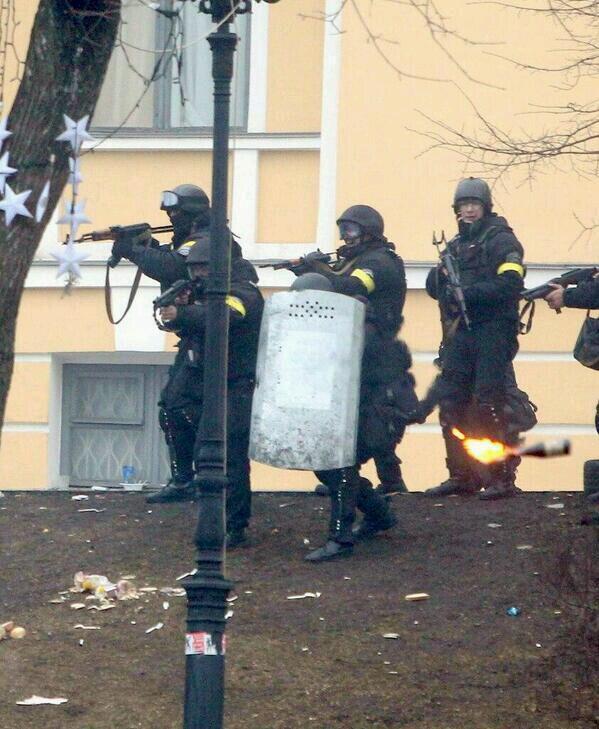 Беркут с желтыми повязками и автоматическим оружием