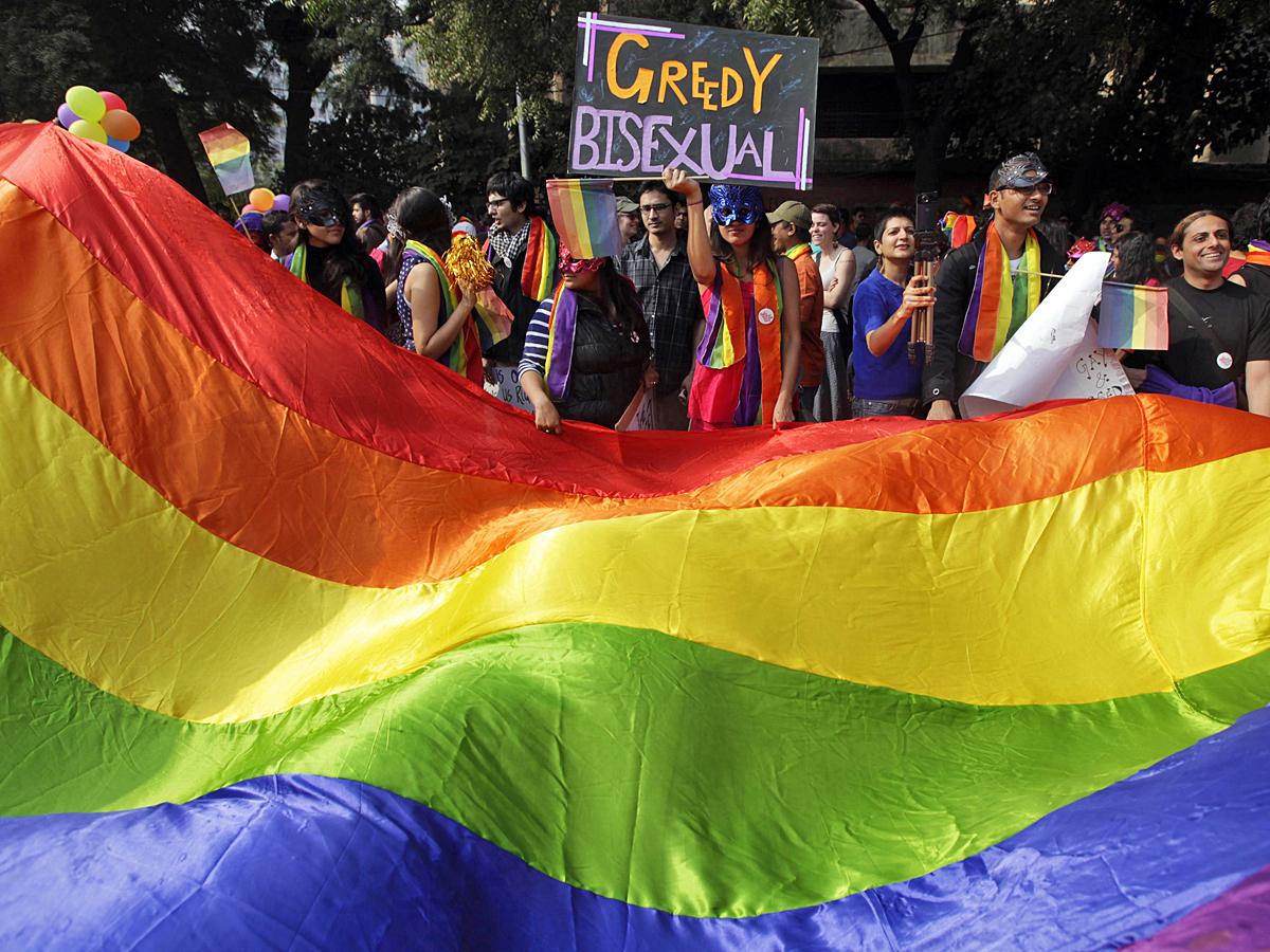 Гей-парад в Нью-Дели. Участники несут радужный флаг, который по словам создателей,