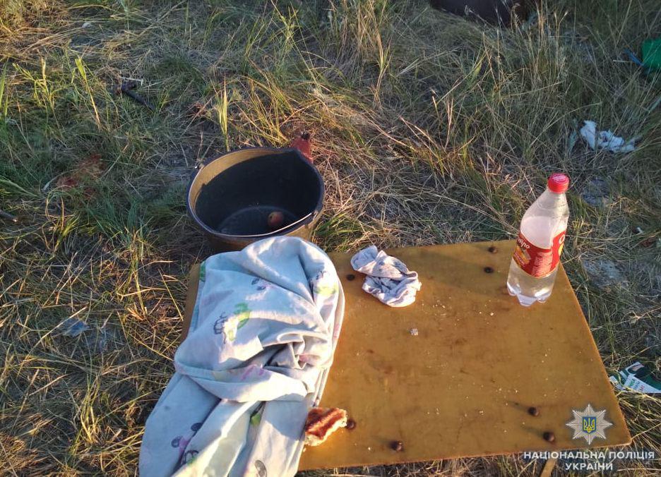 Рядом с палаткой полицейские изъяли бутылку с водкой
