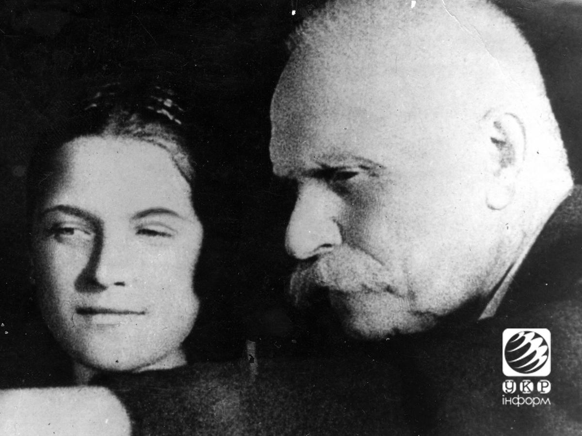 Академик АН УССР Евгений Патон учит молодую работницу Е. Ласковую новому методу электросварки на одном из уральских заводов. 1943 год.