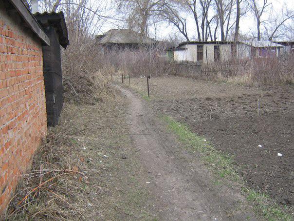 И эти тропинки между домами – тоже. По одну сторону дома украинцев. По другую – россиян.