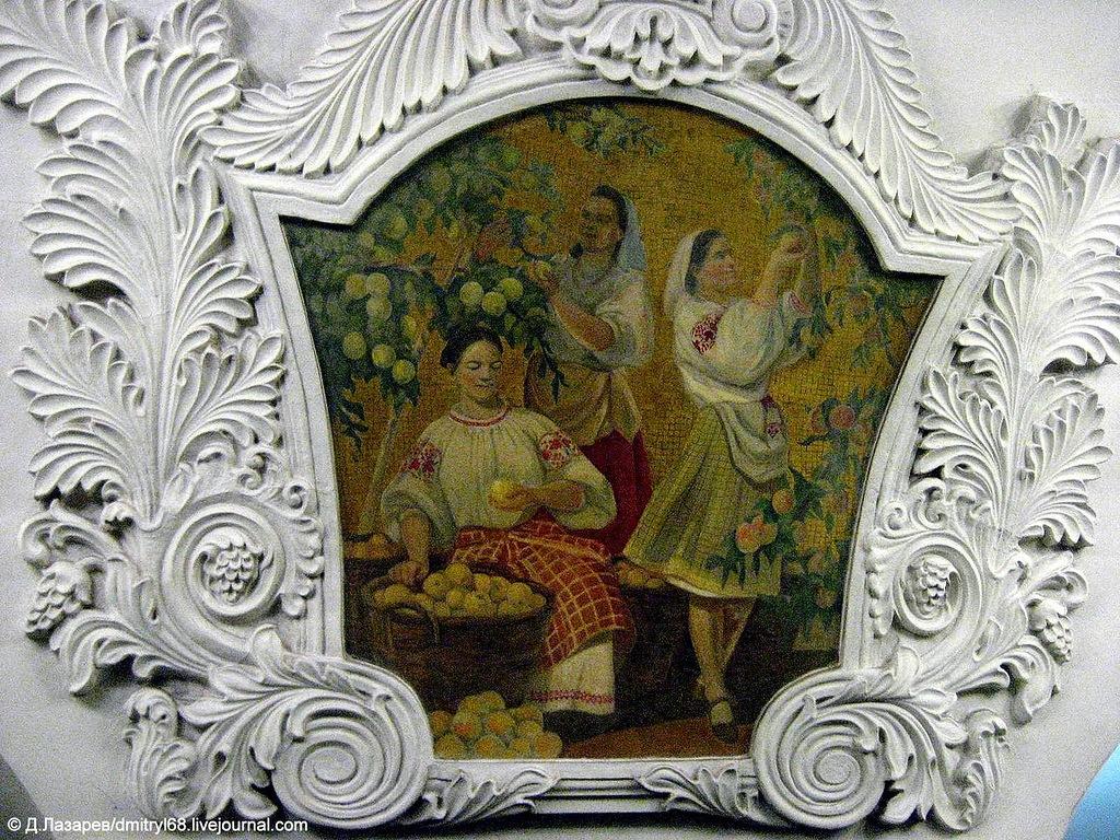 В лепных медальонах станции - мозаики о счастливой жизни в Советской Украине