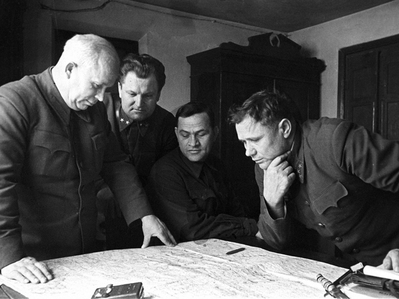 «Члены Военного совета Сталинградского фронта». Генерал Андрей Иванович Еременко справа.