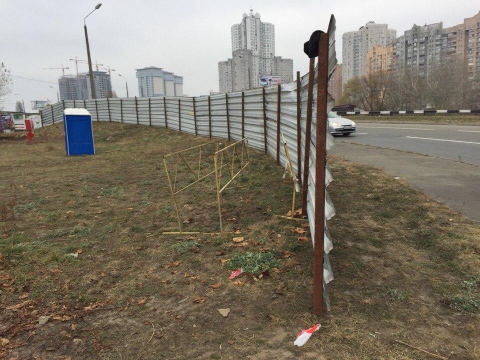 На месте скандальной стройки на Осокорках снова стоит забор