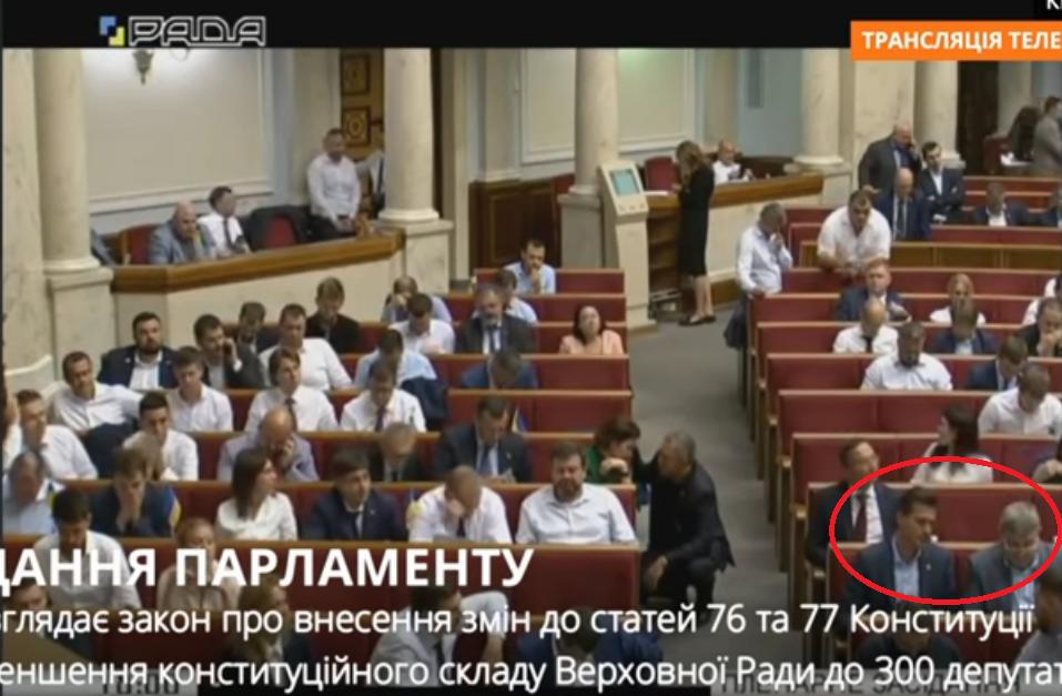 Места обоих депутатов находятся рядом