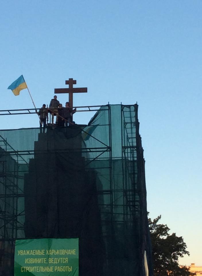 Крест вместо Ленина
