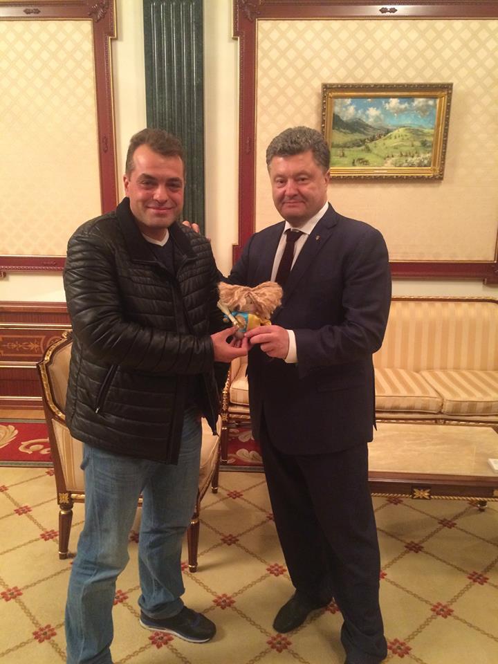 Бирюков передал Порошенко игрушку от Порошенко