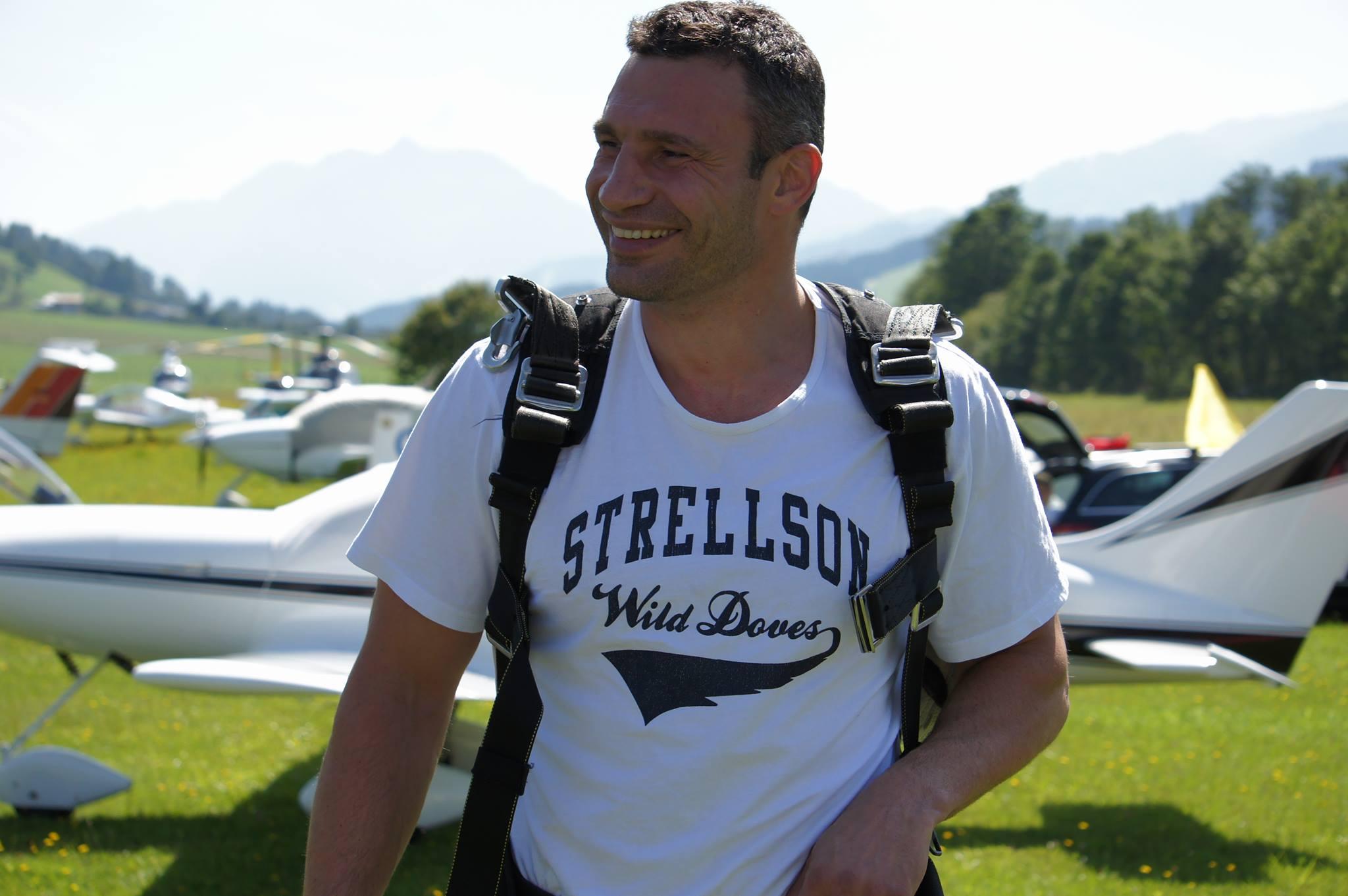Виталий Кличко прыгал с парашютом