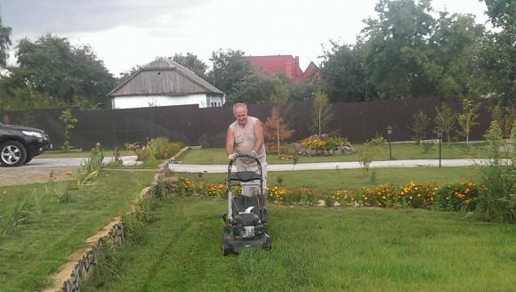 Чумак стрижет газон и мечтает о Крыме