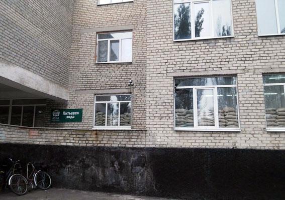 Боевики ночью обстреляли жилой квартал Марьинки, под огонь попало строение школы