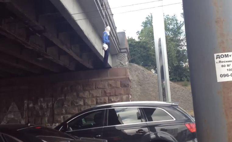 На проспекте Победы повесили манекен милиционера