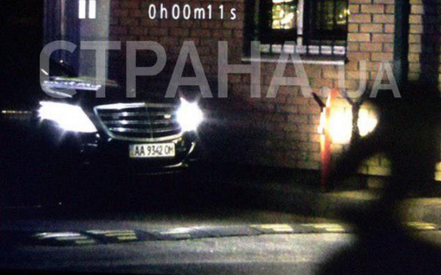 СМИ засняли мерседесы, которые увозили семью Порошенко после посадки самолета