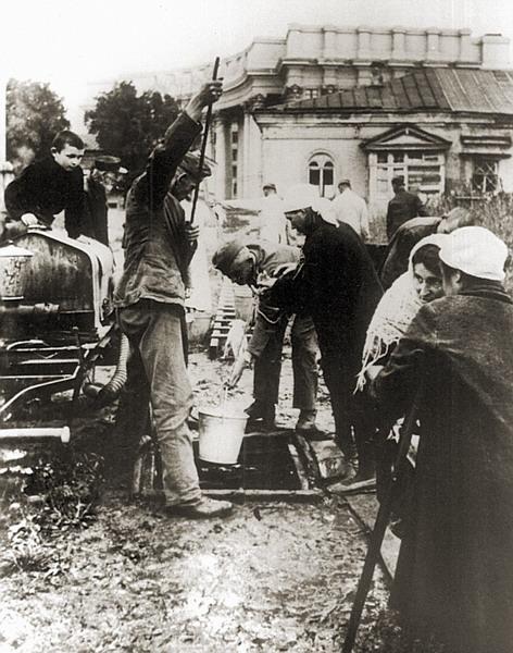 Немецкие солдаты достают воду себе и киевлянам. Фото сентябрь 1941 года