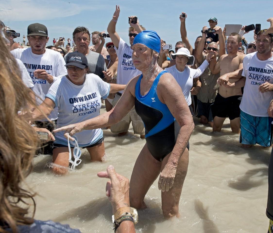 Она проплыла 165 км за 52 часа, 54 минуты и 18,6 секунд.
