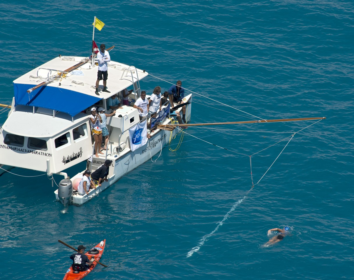 Чтобы на нее не напали акулы, вокруг Дианы создали электромагнитное поле, которое отпугивало акул